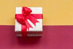 与金礼物盒的圣诞节背景,新年背景 免版税图库摄影