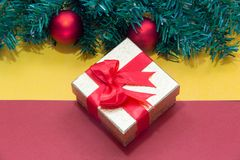 与金礼物盒的圣诞节背景,新年背景 图库摄影