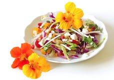 与金莲花的新鲜和石南丛生的沙拉 免版税库存照片