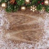 与金装饰品、分支和雪框架的圣诞节顶面边界 免版税库存图片