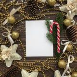 与金装饰品和圣诞节糖果的背景 免版税库存照片