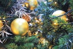 与金装饰的一棵圣诞树在购物 免版税库存照片