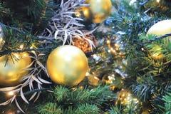 与金装饰的一棵圣诞树在购物 库存图片