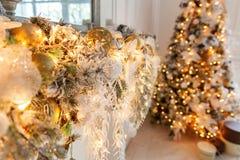 与金装饰的圣诞树 库存图片