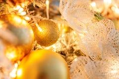 与金装饰的圣诞树 库存照片