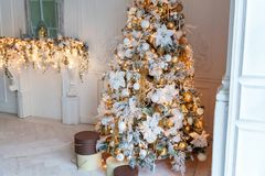 与金装饰的圣诞树 免版税库存照片