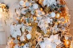 与金装饰的圣诞树 免版税图库摄影
