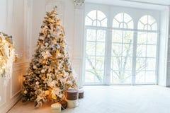 与金装饰的圣诞树 图库摄影