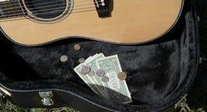 与金钱卖艺人的吉他盒 图库摄影