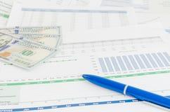 与金钱和笔企业概念的财政报告 免版税库存图片