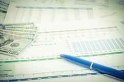 与金钱和笔企业概念的财政报告 库存照片