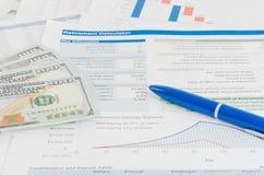 与金钱和笔企业概念的财政报告 图库摄影