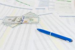 与金钱和笔企业概念的财政报告 免版税库存照片