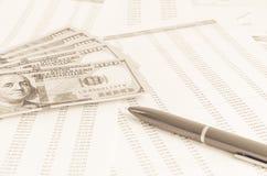 与金钱和笔企业概念的财政报告 库存图片