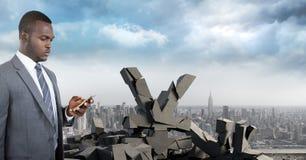 与金钱日元标志的残破的具体在都市风景的石头和商人 库存照片