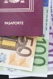 与金钱欧元的西班牙护照 免版税库存照片