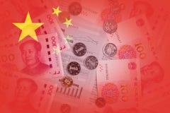 与金钱盖的报纸的中国旗子在背景中 Symb 库存图片