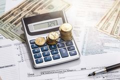 1040与金钱,笔的报税表 免版税库存照片