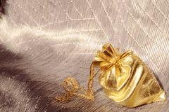 与金链子的礼品袋子 库存图片