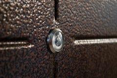 与金锁和把柄的红色木门 库存照片