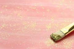 与金闪烁和刷子的粉红彩笔背景 库存图片