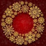 与金雪花的圣诞节圆的框架在红色背景 衣服饰物之小金属片五彩纸屑边界  免版税库存照片