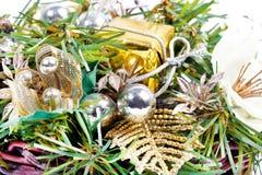 与金黄丝带和球的新年度构成 免版税库存照片