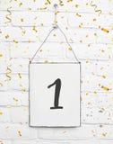 与金黄五彩纸屑的1一岁生日聚会卡片文本 图库摄影