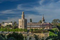 与金黄塔、Giralda和河瓜达尔基维尔河的塞维利亚都市风景 库存照片
