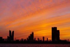 与金黄天空的巴林地平线在日落, HDR期间 图库摄影