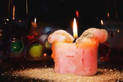 与金黄尘土的浪漫蜡烛 库存照片