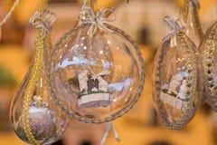 与金黄弓的玻璃圣诞节地球 免版税库存图片