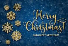 与金黄文本的贺卡在蓝色背景 闪烁词组圣诞快乐 库存照片
