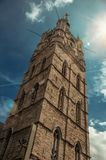 与金黄时钟的石哥特式塔和在跟特攀爬天空 免版税库存照片
