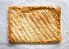 与金黄棕色咬嚼的整个油酥点心饼 库存图片