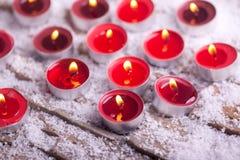 与金黄火焰的红色被点燃的Tealights 免版税库存图片