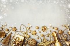 与金黄礼物的圣诞节背景或当前箱子、香槟和假日装饰顶视图 2007个看板卡招呼的新年好 平的位置样式 免版税图库摄影