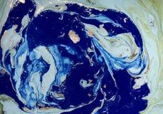 与金黄衣服饰物之小金属片的使有大理石花纹的绿色和蓝色抽象背景 液体大理石墨水样式 库存图片
