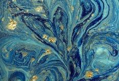 与金黄衣服饰物之小金属片的使有大理石花纹的蓝色抽象背景 液体大理石墨水样式 免版税库存图片
