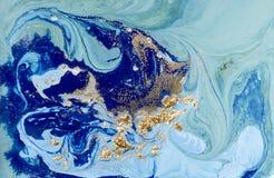与金黄衣服饰物之小金属片的使有大理石花纹的蓝色抽象背景 液体大理石墨水样式 库存图片