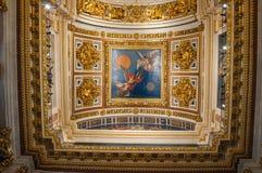 与金黄装饰品和圣经的绘画的天花板在圣以撒大教堂内部在圣彼德堡,俄罗斯 库存图片