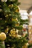与金黄装饰品的圣诞树 免版税库存图片