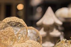 与金黄装饰品的透明圣诞节球 免版税图库摄影