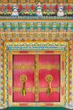 与金黄门把手的美丽的门在Rumtek修道院里在甘托克,印度 库存图片