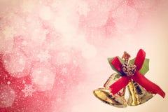 与金黄贝耳的红色圣诞节背景 免版税库存照片
