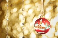 与金黄bokeh的红色圣诞节球 免版税库存照片