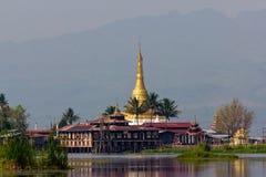 与金黄Stupa的寺庙在Inle湖,缅甸 免版税库存照片