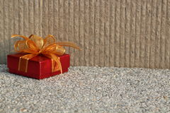 与金黄丝带的红色礼物 免版税库存照片