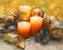 与金黄中看不中用的物品和针叶树的装饰的蜡烛 库存图片
