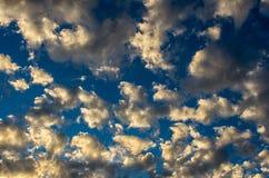 与金黄云彩的剧烈的日落天空在雷暴以后 库存照片